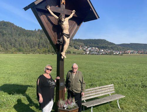 Stifterfamilie lässt Kreuz auf den Stettener Breitwiesen restaurieren